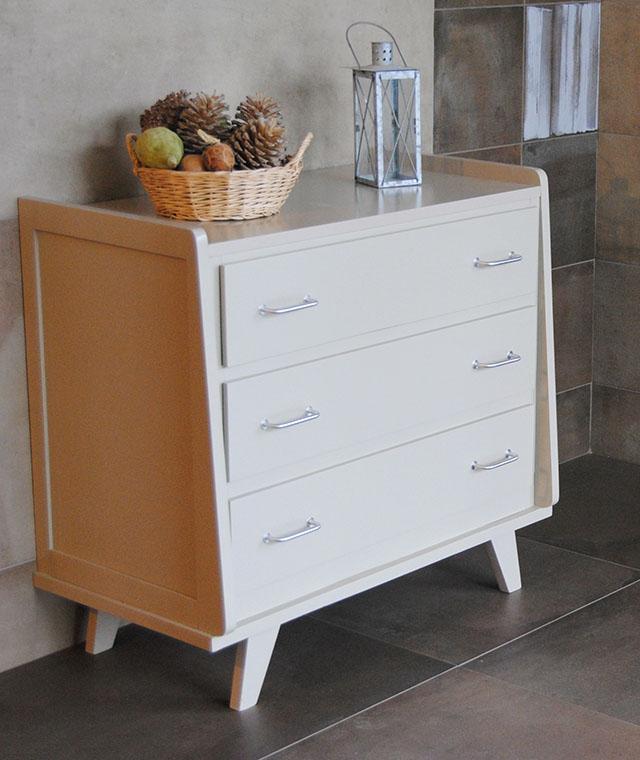 commode trois tiroirs en bois peint des ann es 60 le vent en poupe d coration mobilier. Black Bedroom Furniture Sets. Home Design Ideas